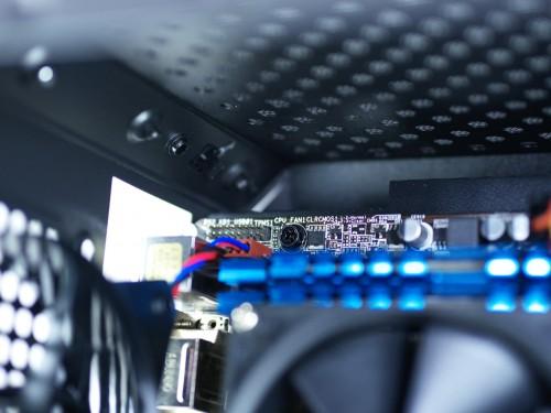Q300L_Kabeldurchfuhrung_CPU-Stromversorgung.jpg