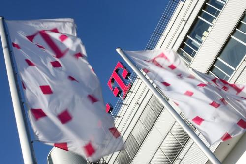 dl-telekom-logo-flaggen-02.jpg